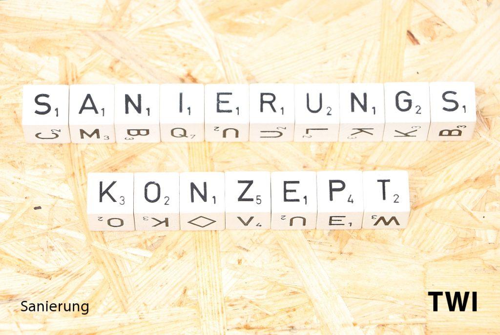 """Das Wort """"Sanierungskonzept"""" mit Buchstabenwürfel geschrieben."""