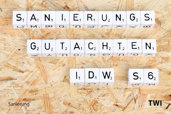 Text IDW S6 Sanierungsgutachten mit Buchstabenwürfeln geschrieben